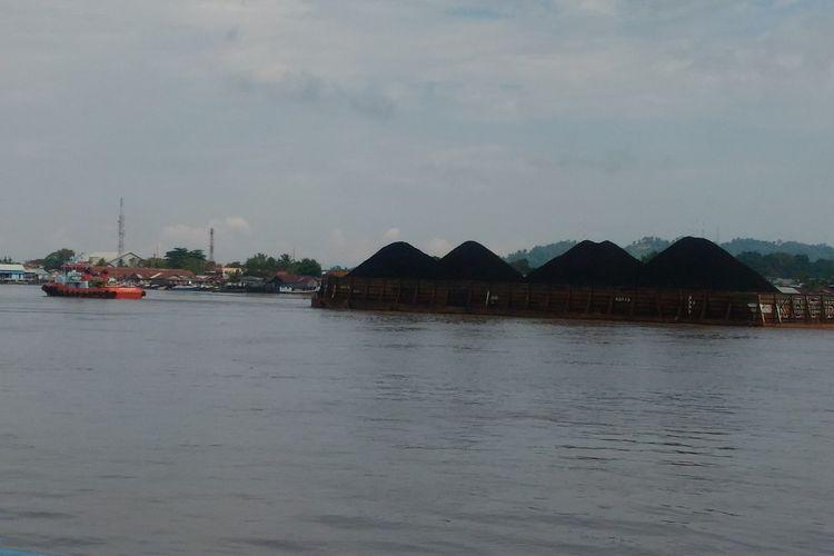 Tongkang penarik batu bara di Sungai Mahakam, Samarinda, Kalimantan Timur, Senin (30/7/2018)