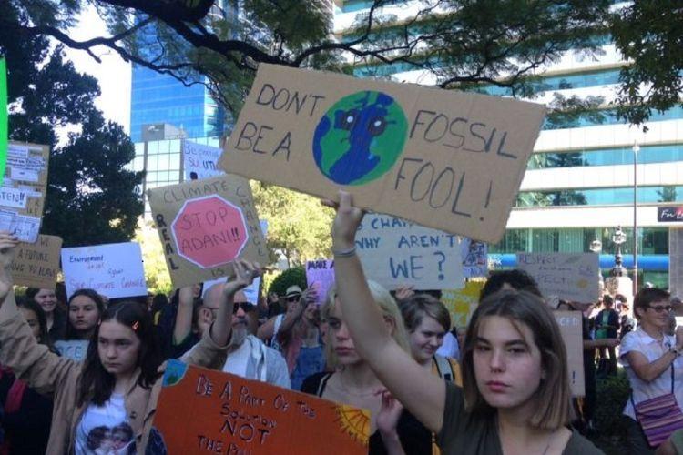 Ratusan murid sekolah melakukan unjuk rasa di ibu kota Australia Barat, Perth. (ABC News/David Weber)