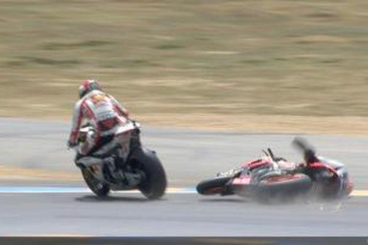Pebalap Repsol Honda asal Spanyol, Dani Pedrosa (kanan) terjatuh setelah bersenggolan dengan pebalap Honda Gresini Marco Simoncelli, pada GP Perancis di Sirkuit Le Mans, Minggu, 15 Mei 2011.