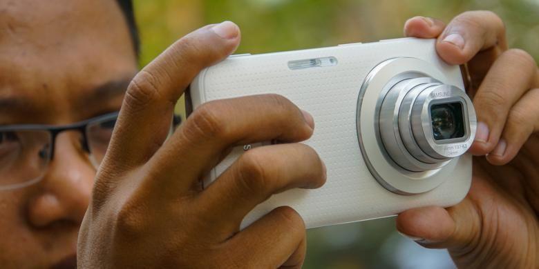 Dari belakang, Samsung Galaxy K Zoom terlihat mirip kamera saku digital dengan rangkaian lensa dan flash xenon miliknya