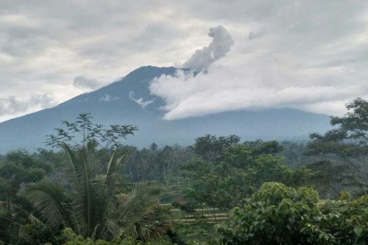 Gunung Agung terus mengeluarkan asap tebal seperti terliat pada Rabu (22/11/2017) pagi.