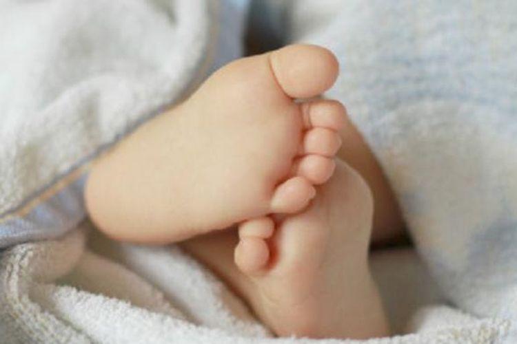 Sepasang kaki bayi di dalam selimut (ilustrasi)