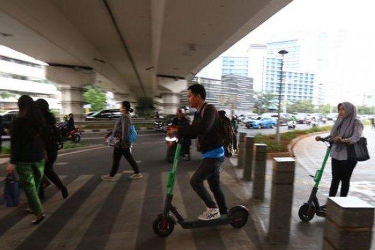 Ilustrasi pengguna skuter listrik di Jakarta