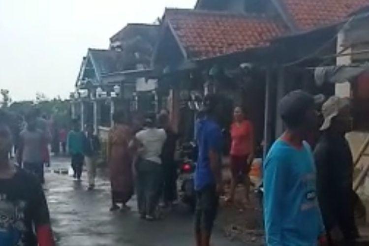 Sejumlah warga bergotong-royong memperbaiki atap rumah yang rusak akibat terjangan angin kencang, Minggu (19/9/2021) sore. (Dok. PMI Kabupaten Brebes)