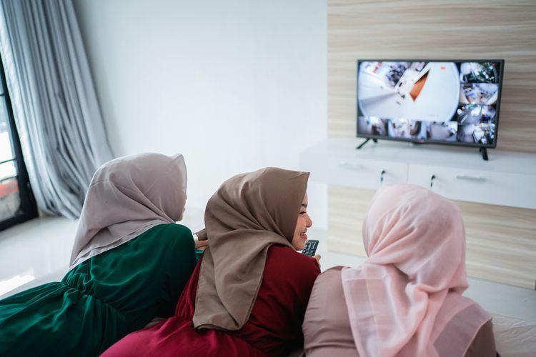 Ilustrasi menonton film bersama saat Lebaran Idul Fitri.