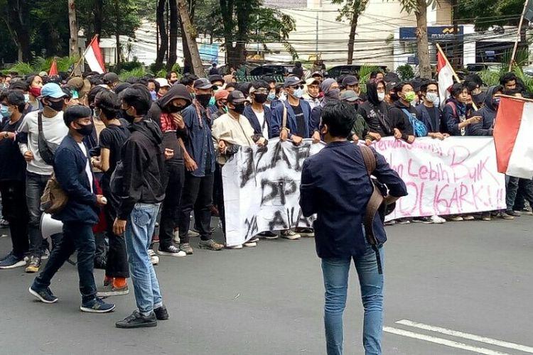 Massa demonstrasi menolak Undang-undang Cipta Kerja kembali merapatkan barisan di Jalan Abdul Muis, Tanah Abang, Jakarta Pusat, pada Kamis (8/10/2020).