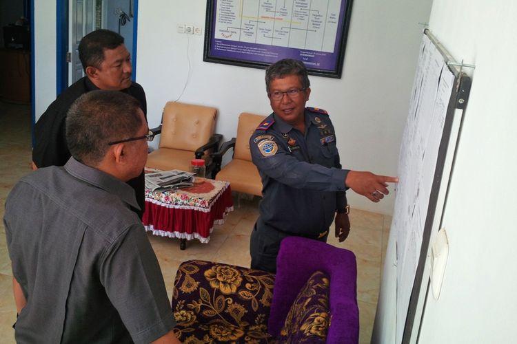 Ketua DPRD Nunukan Dani Iskandar (kemeja hitam) bersama Ketua Komisi II DPRD Nunukan M Nasi (berkacamata) dan Ketua UPP Dermaga Batu Sei Pancang Juniansyah saat melakukan sidak ke UPP Dermaga Batu Seipancang Senin (21/8/2017).
