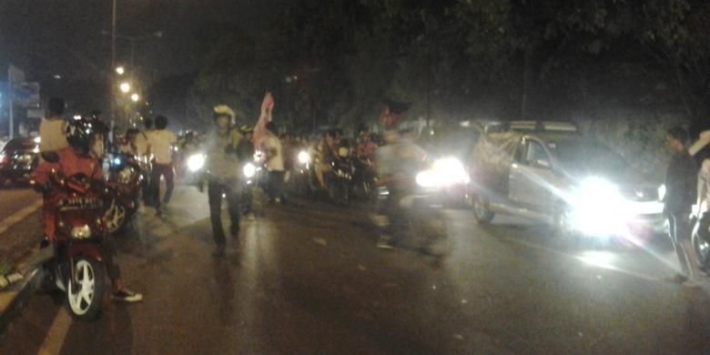 Ratusan remaja Jakarta tampak memenuhi jalan Penjernihan untuk melakukan  sahur on the road pada Minggu (20/7/2014) dini hari.