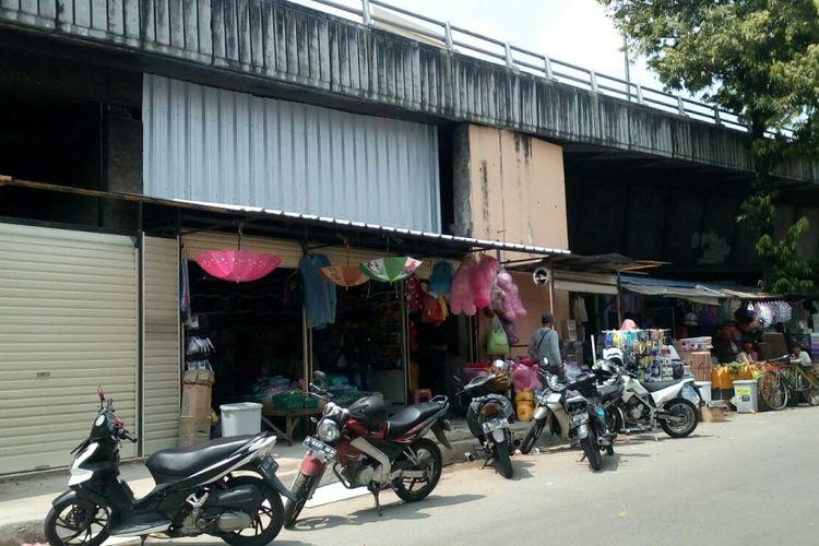 Kios semi permanen dibangun di bawah flyover kawasan pertokoan flyover di Jalan Petak Baru, Pasar Pagi Asemka, Roa Malaka, Tambora, Jakara Barat, Jumat (20/10/2017) pagi.