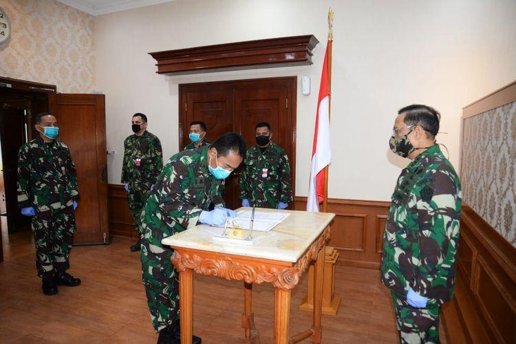 Jabatan Karo Humas Setjen Kemhan secara resmi diserahterimakan dari Brigjen TNI Totok Sugiharto kepada Kolonel Kav Ignatius Eko Djoko yang berlangsung di kantor Kemhan, Jakarta, Selasa (28/4/2020).