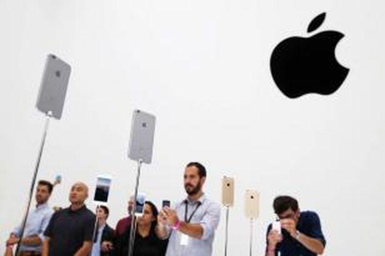 Pengunjung mengamati produk terbaru Apple iPhone 6 dalam acara yang diselenggarakan Apple di Flint Center for the Performing Arts, di Cupertino, California, Amerika Serikat, Selasa (9/9/2014). Pada acara itu Apple meluncurkan Apple Watch dan dua iPhone terbaru, iPhone 6 dan iPhone 6 plus.
