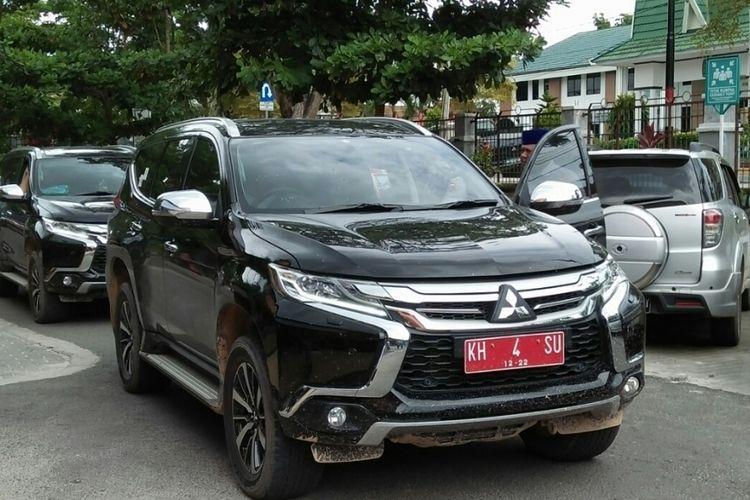Salah satu kendaraan dinas yang dipakai dalam rombongan pasangan bakal calon Pilkada Sukamara yang menjalani tes kesehatan di RSUD Sultan Imanuddin Pangkalan Bun, Jumat (12/1/2018).