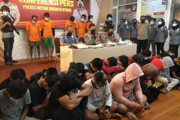 Satres Narkoba Polres Metro Jakarta Utara telah menangkap tiga orang bandar narkoba dan puluhan orang lainnya yang kedapatan sedang pesta sabu di sebuah vila di kawasan Cipanas, Jawa Barat. Kasus inu diungkap di Polres Metro Jakarta Utara, Jumat (4/6/2021).