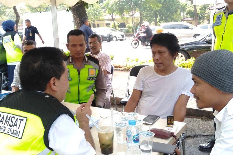 Adian Napitupulu bayar pajak kendaraan di depan TMP Kalibata, Jakarta Selatan, Senin (11/12/2019)