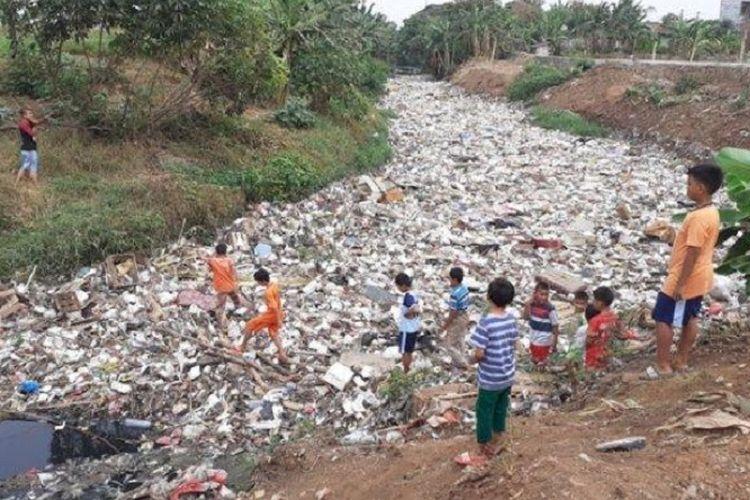 Kali Jembe menjadi lautan sampah kiriman dari hulu usai turun hujan. Lokasi tumpukan sampah di RW 12, Desa Satria Jaya, Kecamatan Tambun Utara, Kabupaten Bekasi.