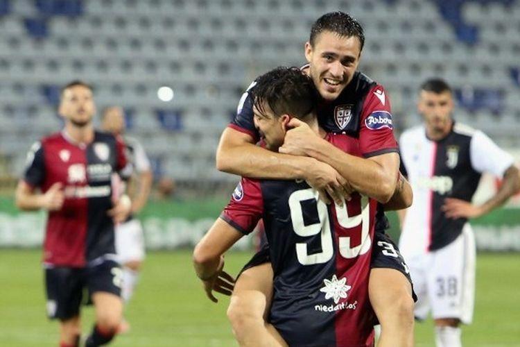 Giovanni Simeone (99), merayakan gol bersama rekannya ketika Cagliari mengandaskan Juventus, Kamis (30/7/2020).