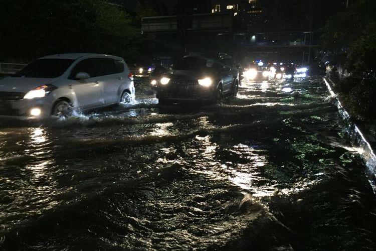 Pasca hujan deras, banjir menggenangi kawasan Citraland, Grogol Petamburan, Jakarta Barat Senin (21/9/2020)
