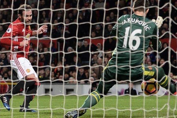 Kiper Hull City, Eldin Jakupovic (kanan) mementahkan sebuah tembakan dari gelandang Manchester United, Juan Mata, saat kedua tim bertemu di Old Trafford, Rabu (1/2/2017).