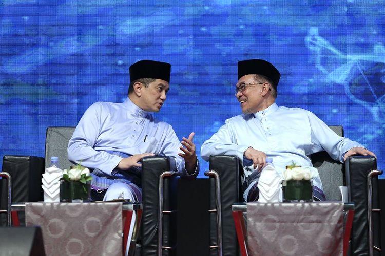 Menteri Ekonomi Malaysia Azmin Ali (kiri) berbicara dengan Pemimpin Koalisi Pakatan Harapan Anwar Ibrahim