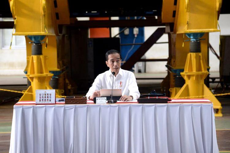 Presiden Joko Widodo memimpin rapat terbatas dengan jajarannya membahas mengenai industri pertahanan, Senin (27/1/2020). Rapat terbatas kali ini bukan dilakukan di Istana Kepresidenan, Jakarta, melainkan di pabrik PT PAL di Surabaya.