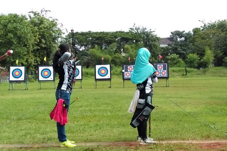 Olahraga panahan di Jakarta Archery Club.