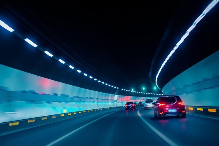 Ilustrasi menyetir melewati terowongan.