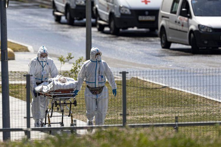 Pekerja medis membawa pasien yang diduga terinfeksi virus corona di sebuah rumah sakit di Kommunarka, Moskwa, Rusia, pada Sabtu (26/6/2021).