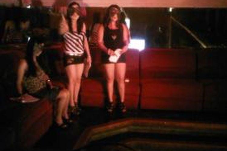 Pentas teater oleh para PSK Dolly.
