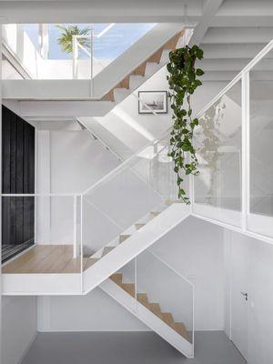 Lantai dua merupakan lantai utama, terdapat ruang teras yang langsung menghadap ke kanal, ruang tamu dan juga kamar utama yang berukuran besar.