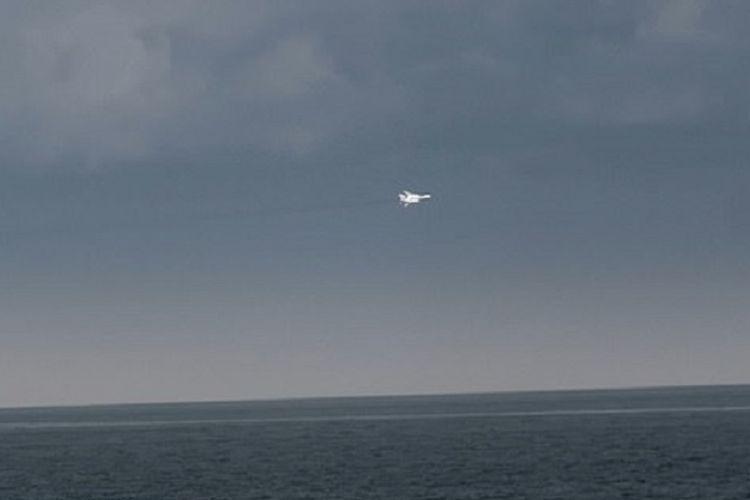 Potongan video memperlihatkan salah satu jet tempur Rusia mengelilingi kapal perang Inggris HMS Duncan di Laut Hitam pada Mei lalu.