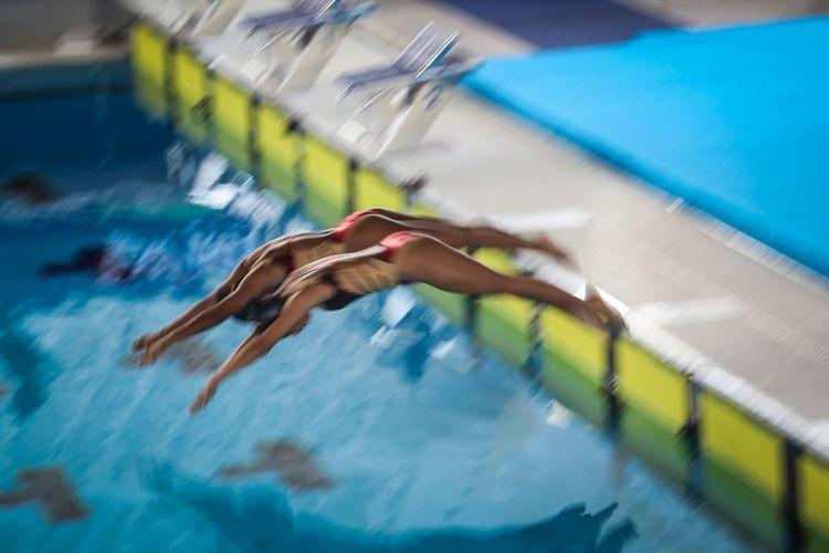 Atlet renang indah beraksi saat test event CIMB Niaga Indonesia Open Aquatic Championship di Stadion Aquatic Gelora Bung Karno, Senayan, Rabu, Jakarta Pusat (6/12/2017). Test event bertajuk CIMB Niaga Indonesia Open Aquatic Championship 2017 itu akan digelar pada 5-15 Desember mendatang dan juga bertujuan menyeleksi atlet untuk pelatnas Asian Games 2018 dan SEA Games 2019.