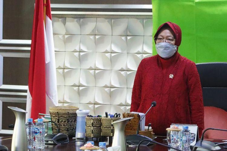 Menteri Sosial (Mensos) Tri Rismaharini saat mengikuti Peringatan Hari Lahir (Harlah) Pancasila 1 Juni 2021 yang dipimpin Presiden Joko Widodo (Jokowi) secara daring dari kantor Kementerian Sosial, Jakarta, Selasa (01/5/2021).
