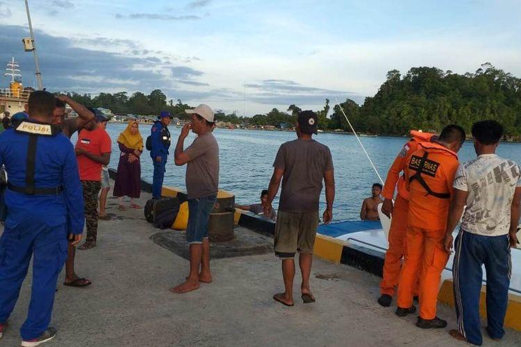 Anggota Basarnas dan petugas Polres Pulau Buru bersiap melakukan upaya pencarian terhadap kapal nelayan KM Aru Permai yang hilang di peraiaran Pulau Buru, Kamis (6/2/2020)