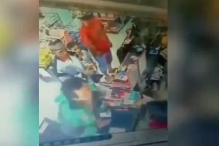 Driver ojol tampar kasir perempuan di sebuah minimarket di palembang viral. Video dibagikan di akun Instagram @dramaojol.id pada senin (9/03/2020).