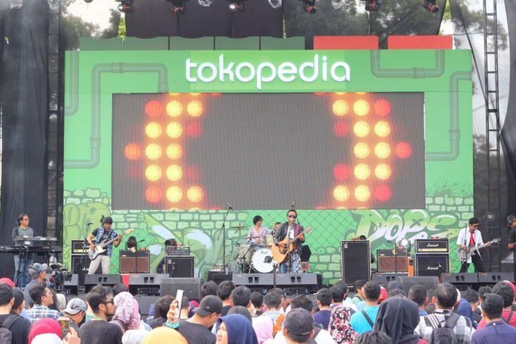 Grup band Wayang saat tampil di panggung Toped Stage di The 90s Festival, Gambir Expo, Jakarta Utara, Sabtu (25/11/2017).