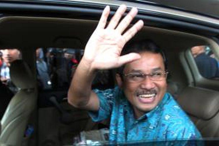 Bupati Bogor Rachmat Yasin saat datang ke Gedung Komisi Pemberantasan Korupsi (KPK), Jakarta, Senin (29/4/13), untuk dimintai keterangan sebagai saksi terkait kasus proyek olahraga Hambalang. Ia dimintai keterangan untuk tersangka Andi Alifian Mallarangeng, Deddy Kusdinar, dan Teuku Bagus Mohammad Noor.
