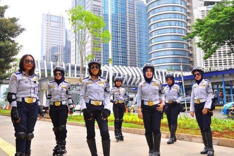 Petugas Wanita ( Gaswan) Dishub DKI Jakarta yang bertugas untuk menjaga Pelican Crossing dan area pedestrian di Jalan Sudirman Thamrin, Wahid Hasyim dan Merdeka Selatan.