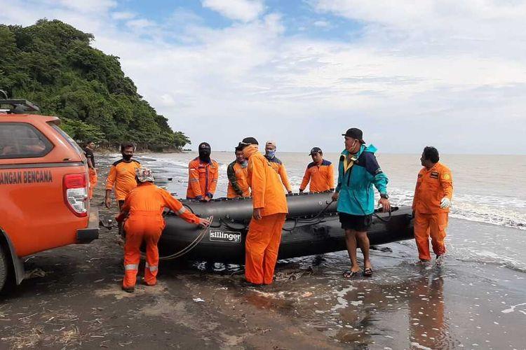Tim SAR gabungan saat mencari keberadaan korban yang hilang disapu ombak PantaiGua Manik, Kabupaten Jepara, Jawa Tengah, Senin (11/5/2020).