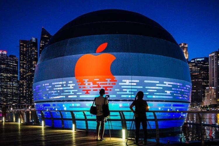 Ilustrasi Apple Marina Bay Sands ketika dilihat pada malam hari.