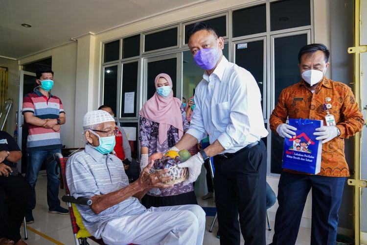 Tadjeri Soelaiman (95), satu di antara tujuh pasien yang dinyatakan sembuh dan diperbolehkan pulang ke rumah. Ia menjalani isolasi dan dirawat di Rusunawa Nipah Kuning, Kota Pontianak, Kalimantan Barat (Kalbar) sejak dua pekan lalu.