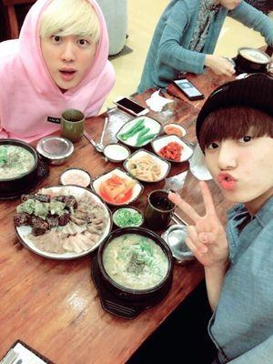 Anggota boyband BTS, Jungkook dan Jin menikmati Dwaeji Gukbap.