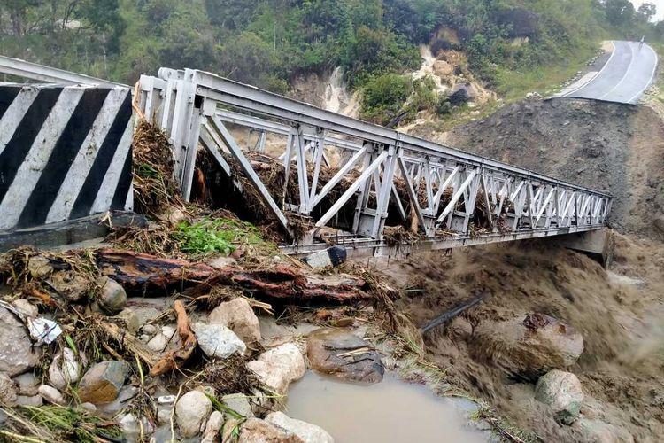 Jembatan di Distrik Abenaho, Kabupaten Yalimo, patah setelah diterjang banjir besar pada Senin (22/2/2021). Akibatnya saat ini akses penghubung dari Jayawijaya ke Yalimo terputus, Papua, Selasa (23/2/2021)