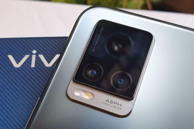 Modul kamera belakang Vivo V20 yang berbingkai persegi. Ada tiga kamera yang terdiri dari kamera utama 64 MP, kamera mono 2MP, dan multimode yang bisa difungsikan sebagai super wide, multimode 8MP, dan kamera mono 2MP.