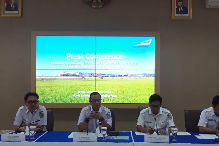 Direktur Utama PT Kereta Api Indonesia (Persero) Edi Sukmoro (tengah) ketika memberi keterangan pers operasional angkutan Natal dan Tahun Baru 2019/2020 di Jakarta, Senin (18/11/2019).