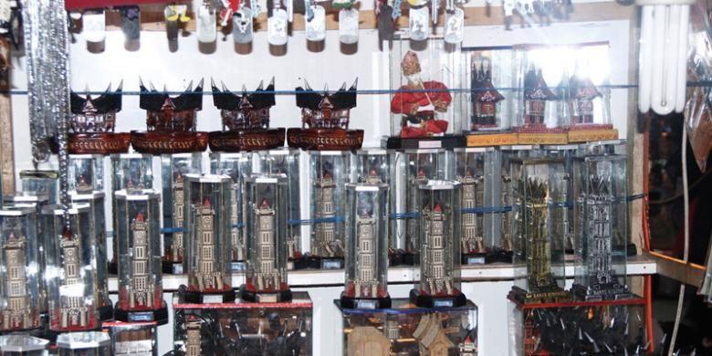 Replika Jam Gadang yang dijual di Pasar Ateh, Bukittinggi, Sumatera Barat.