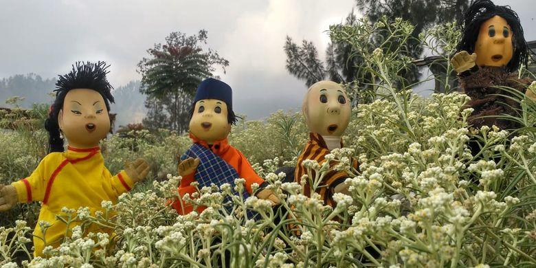 Boneka Unyil dan kawan-kawan berfoto di Taman Edelweis, Desa Wisata Edelweis, Desa Wonokitri, Kabupaten Pasuruan, Jawa Timur.