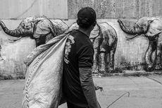Dinsos Selamatkan Pemulung yang Sakit di Kolong Jembatan UKI Cililitan