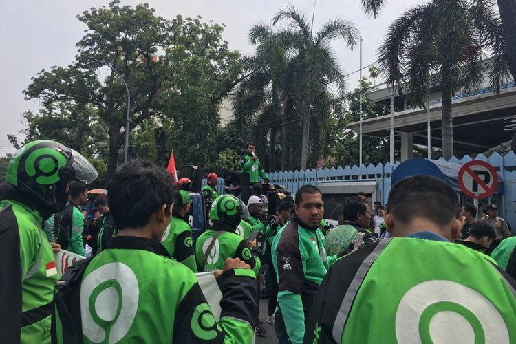 Massa aksi mengenakan jaket ojek online berunjuk rasa di depan kantor Konjen Malaysia di Jalan Diponegoro, Medan, Rabu siang (11/9/2019). Aksi mereka menuntut bos taksi di Malaysia meminta maaf kepada masyarakat Indonesia.