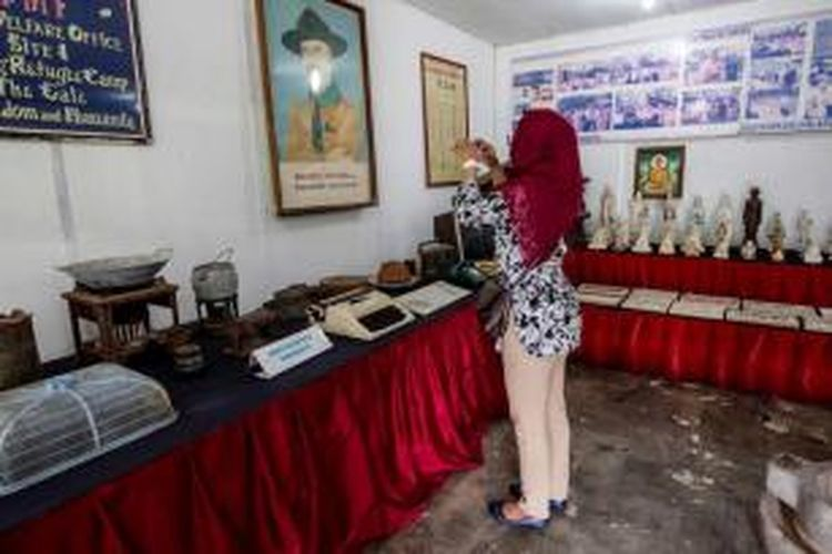 Sejumlah barang peninggalan para pengungsi dari Vietnam ditaruh di Museum yang berada di kawasan kamp pengungsi di Pulau Galang, Kepulauan Riau, Minggu (8/2/2015). Dipulau inilah sebanyak 250.000 pengungsi dari Vietnam, Kamboja dan Thailand ditampung dari kurun waktu 1979 hingga 1996. Sekarang kamp ini menjadi salah satu objek wisata sejarah di Batam.