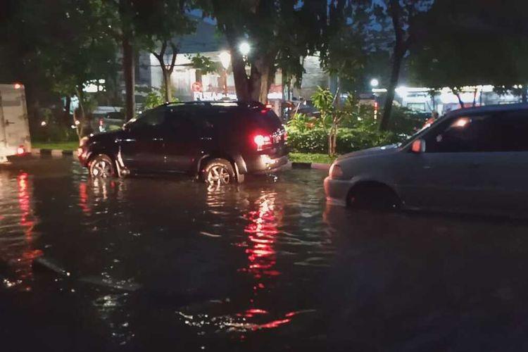 Jalan Mayjen Sungkono, Surabaya, Jawa Timur, terendam banjir akibat hujan deras yang terjadi sejak sore hingga malam hari, Rabu (15/1/2020).